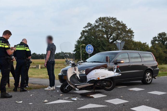 De scooter liep na het ongeval schade op: op de voorgrond is onder meer een losgekomen spiegel te zien.