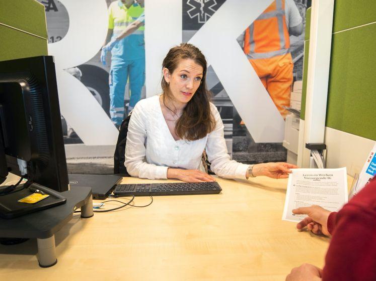 Anna helpt als Toos Werkloos mensen met solliciteren
