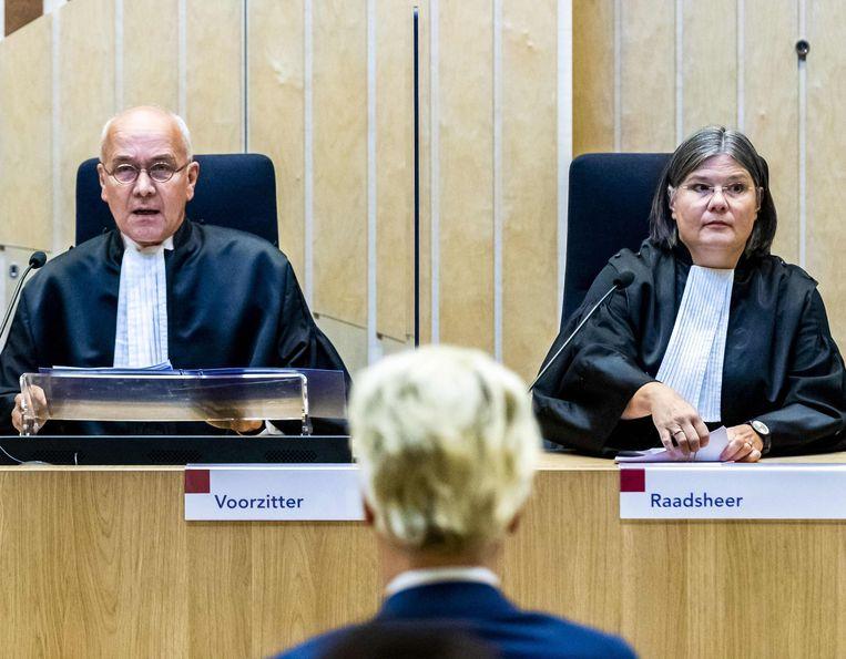 Geert Wilders (56) voor de voorzitter en de raadsheer van het hof van beroep in Den Haag. Beeld AFP