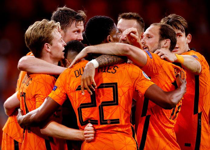 Nederland juicht na een goal tijdens de eerste EK-wedstrijd.