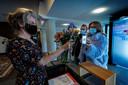 Bezoekers in de foyer van Natlab, voor de voorstelling van Panama Pictures. Ze moesten hun kaartje tonen, de corona-app en een identiteitsbewijs.