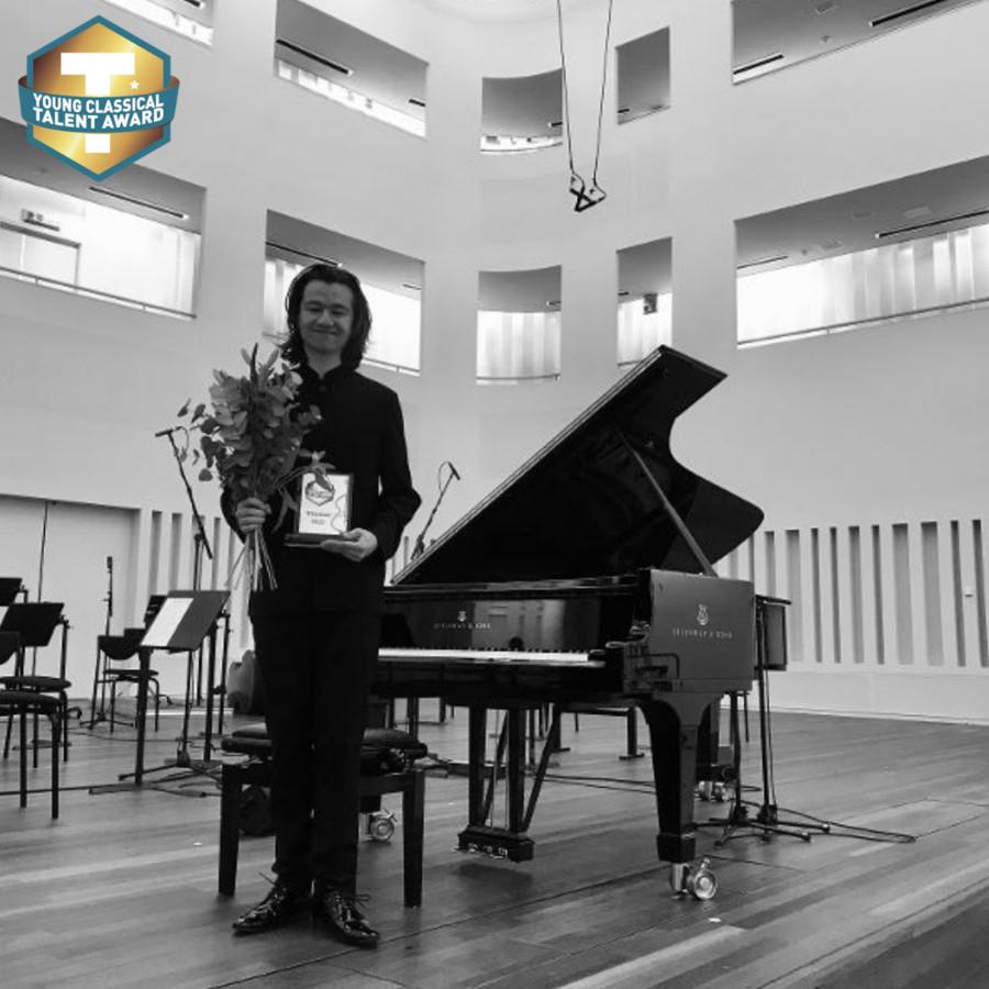 Van Der Plas met de Young Classical Talent Award.