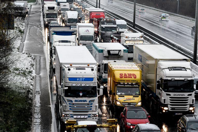 Vrachtwagenchauffeurs lapten gisteren massaal het inhaalverbod aan hun laars. Beeld Photo News