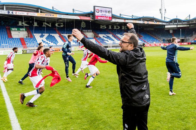 Willem II viert de overwinning tegen Fortuna Sittard in Tilburg, met trainer Petrovic op de voorgrond. De club blijft in de eredivisie spelen. Beeld Pro Shots / Toin Damen