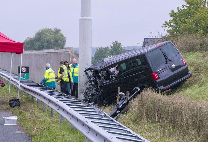 Hulpverleners bij een busje dat tegen een paal is gereden op de A73. Door het ongeluk zijn twee mensen om het leven gekomen. Drie anderen raakten gewond.