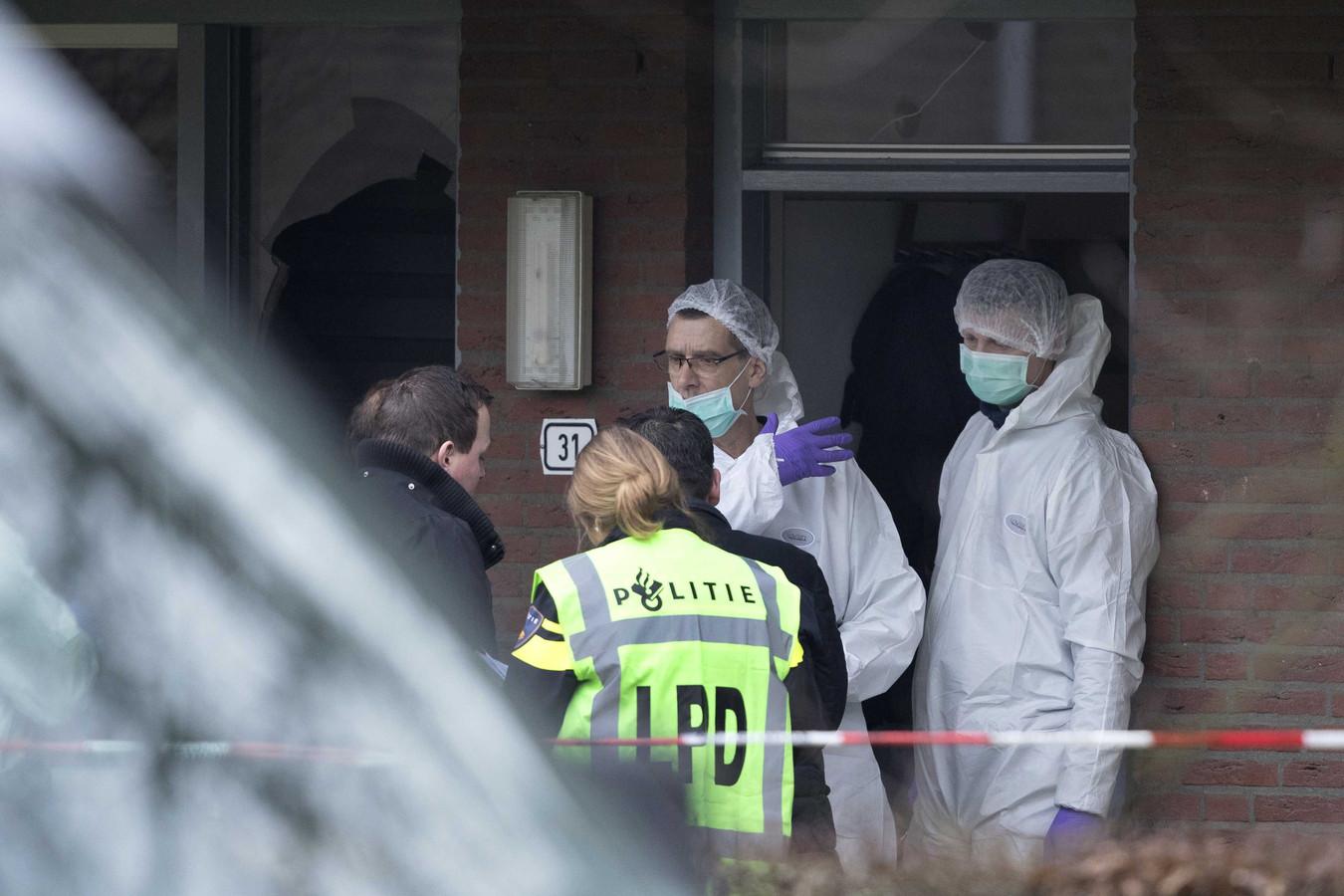 Er wordt de hele dag forensisch onderzoek gedaan op de plaats delict.