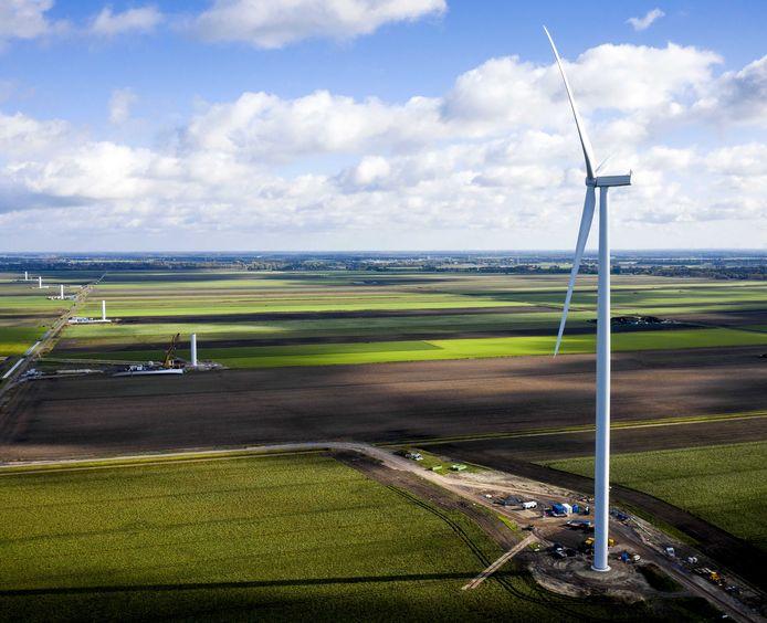 Een hoge windturbine ter illustratie.