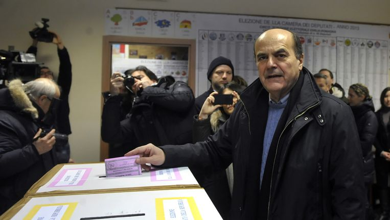 Pier Luigi Bersani brengt zijn stem uit op de eerste dag van de verkiezingen Beeld ap