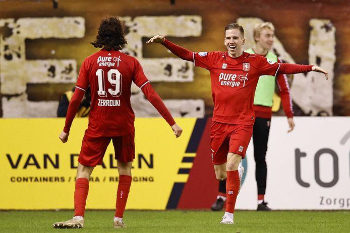 Ramiz Zerrouki en Thijs van Leeuwen vieren de 0-2 in blessuretijd.