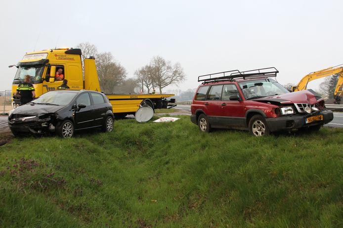De twee auto's zijn zwaar beschadigd.
