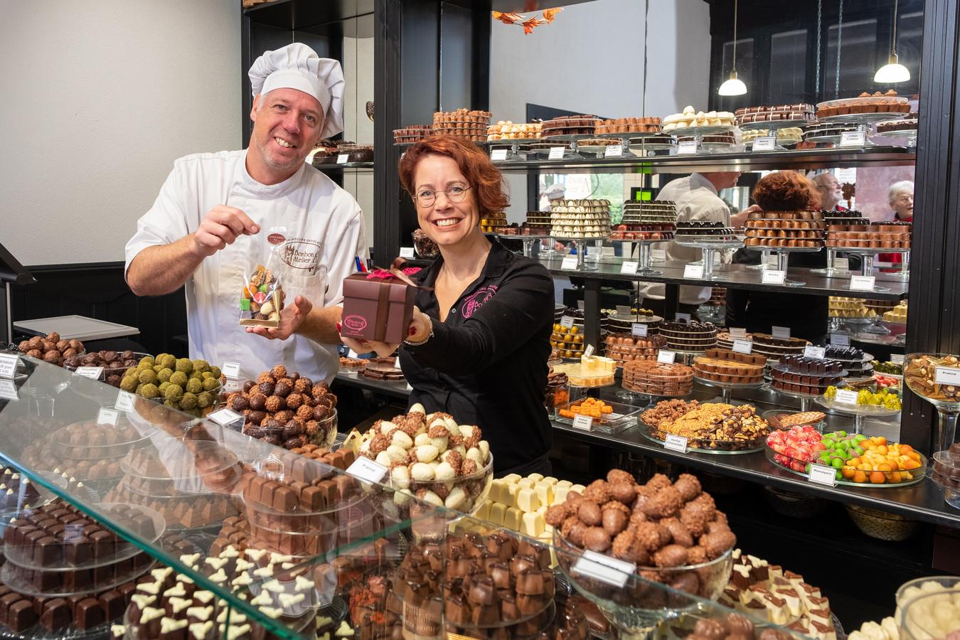 Jeroen Kikkert en zijn vrouw Agnes Kikkert hebben enkele jaren geleden Bonbonatelier A3 in Hattem overgenomen. Zaterdag zijn ze hét middelpunt van het grote Chocoladefestival.