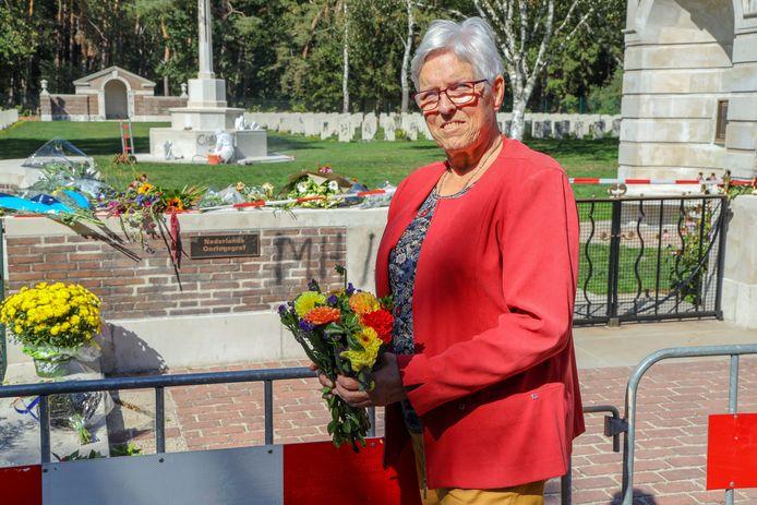 Nelly van Gennip uit Geldrop legt bloemen bij het door bekladdingen getroffen Britse oorlogskerkhof in Mierlo.