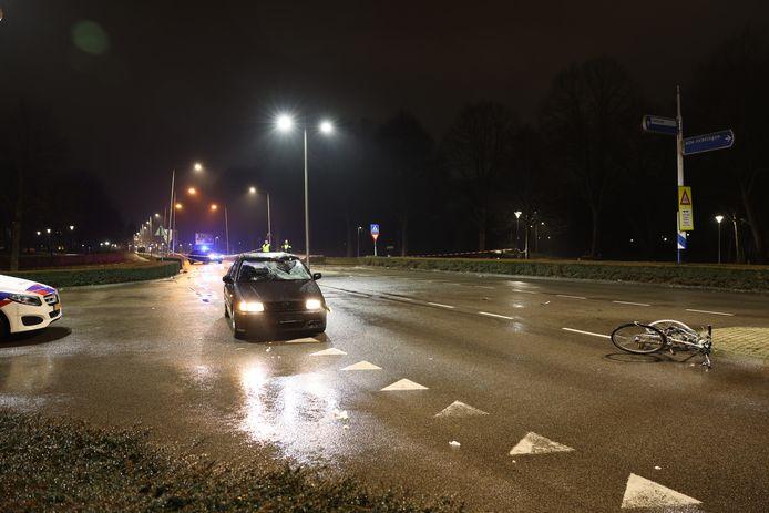 Een fietser is aangereden op de Flevoweg in Kampen. Mogelijk is er ook een tweede fietser bij betrokken.