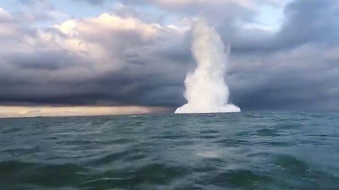 Het opblazen van een zeemijn uit de Tweede Wereldoorlog.