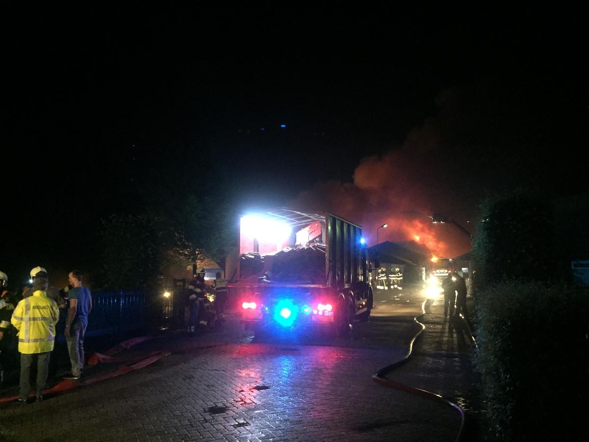 De brandweer laat extra materiaal aanrukken om het vuur beter te kunnen bestrijden.