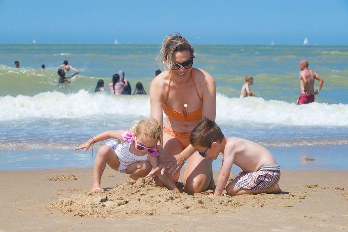 Wanneer het in juli dan wél eens ideaal strandweer was, genoten toeristen van zon, zee en zand.