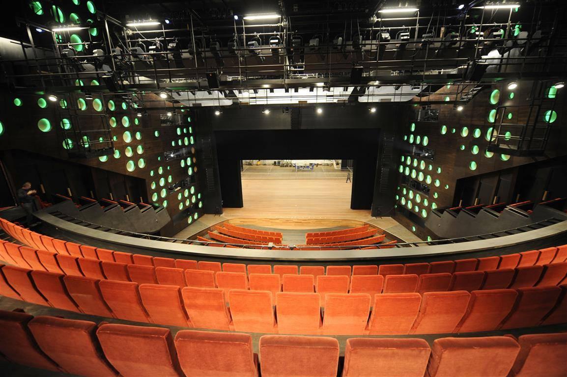 Grote zaal in het Wilminktheater. Nu nog leeg, vanaf 26 april volgen Saxion-studenten hier lessen.