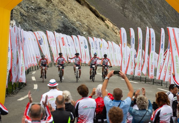 Emoties bij het monument van Team Westland onder de top van de Col du Tourmalet. En met z'n allen over de streep.