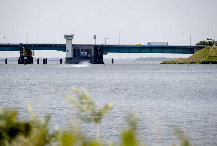 De Haringvlietbrug. Op de brug geldt binnenkort een maximumsnelheid van 50 kilometer per uur in plaats van 100. Aluminium platen die met klemmen aan de brug zijn bevestigd trillen los door het verkeer dat over de brug rijdt. Beeld ANP