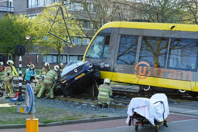 Een auto en een tram zijn met elkaar in botsing gekomen in Nieuwegein.