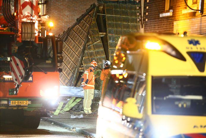Zwaar materieel en een ambulance bij de grillroom aan de Sallandsestraat die instortte na een explosie.