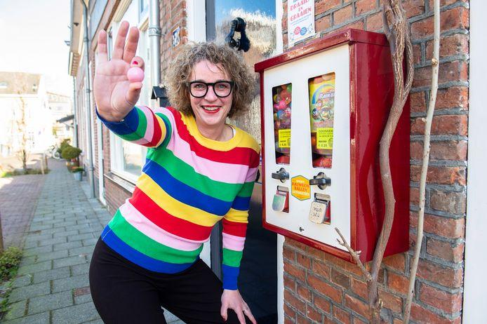 Anouk Corstiaensen is superblij met 'Anouk's kauwgomballenautomatiek' zoals ze de nieuwe, oude kauwgomballenautomaat aan haar geven in de Eerste Markstraat heeft genoemd