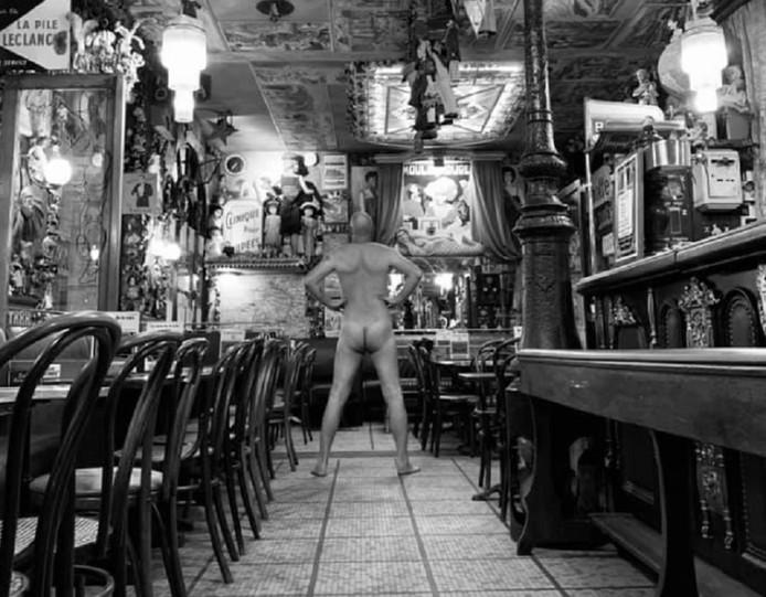 Dans son café de Saint-Malo, il répond aux critiques.