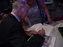 Antoon Verbakel signeert één van zijn boeken.