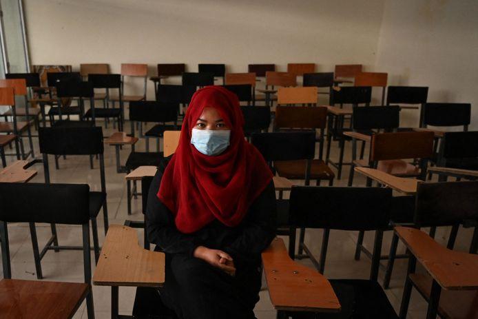 Een Afghaanse studente in een leslokaal van een privé-universiteit in de hoofdstad Kaboel.