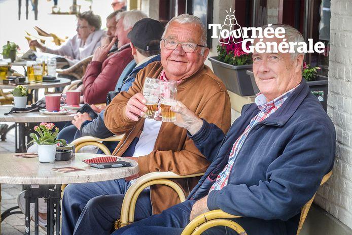 Nu de terrassen terug open mogen blijft het kampen tegen de slechte weersomstandigheden voor de horeca. Hier ziet u Jean Hubrecht en Eddy Coucke, vaste klanten van 't Zandlopertje in Brugge.