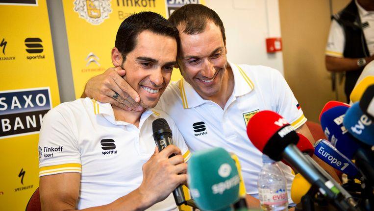 Ivan Basso (rechts) met ploegmaat Alberto Contador. Beeld EPA