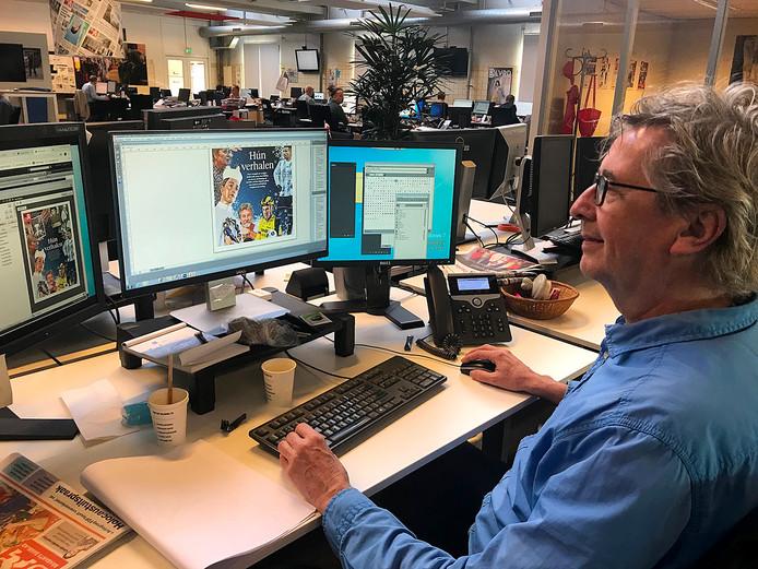 Eric Schreurs is druk bezig met de vormgeving van de kerstbijlage.