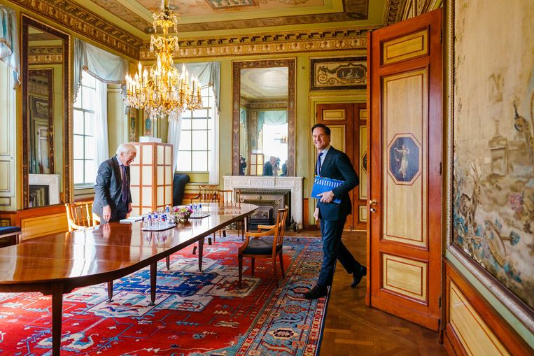 Informateur Herman Tjeenk Willink ontvangt demissionair premier Mark Rutte op 9 april 2021. Beeld EPA
