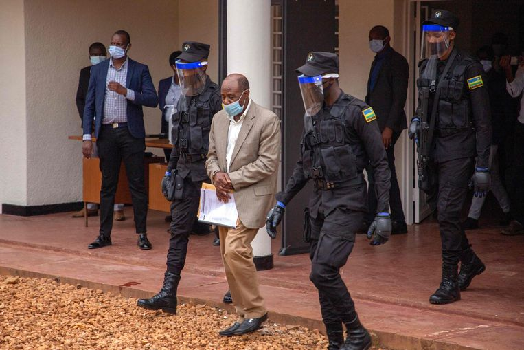Paul Rusesabagina in september 2020 bij de rechtbank in Kigali. Volgens internationale waarnemers heeft hij geen eerlijk proces gekregen. Hij is nu veroordeeld tot 25 jaar cel.  Beeld AFP