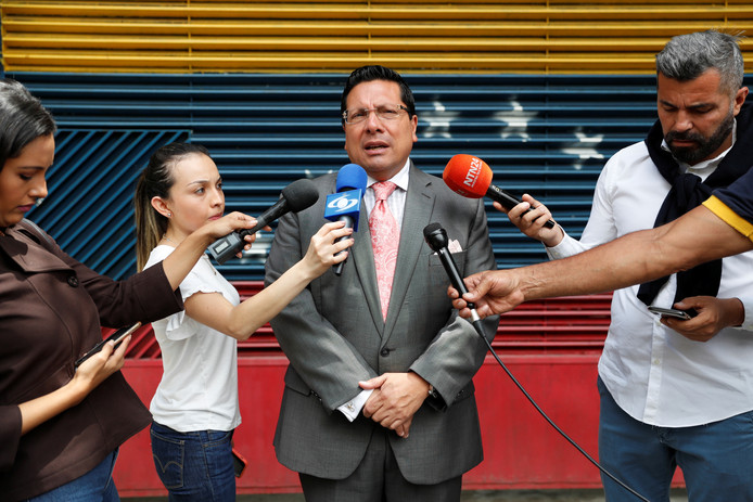 Omar Mora Tosta, advocaat van de Venezolaanse oppositieleider Leopoldo López, staat de media te woord voor het huis van López in Caracas.