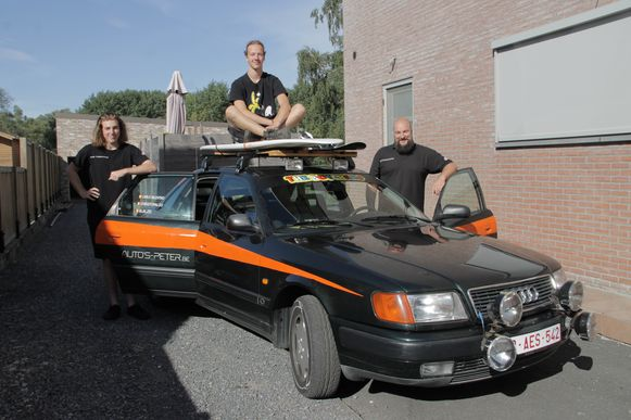 Carlo,Robbe en Chris vertrekken met deze oude Audi 100 op Rammelbakkenreis.