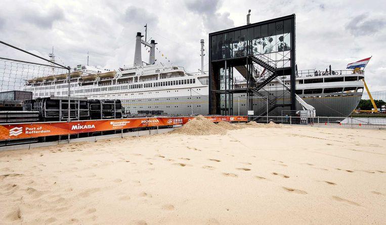 De beachvolleybalvelden op Katendrecht bij de SS Rotterdam. Beeld anp
