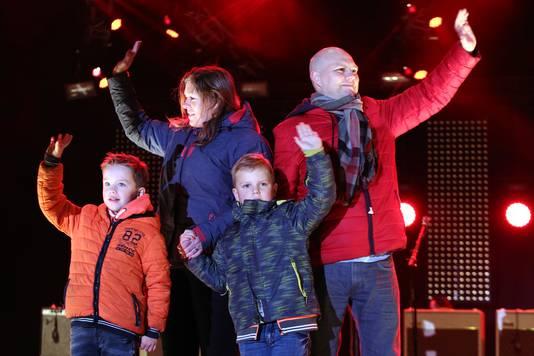Tijn met zijn ouders en broertje op het podium van het Chasseveld in Breda eind december 2016.