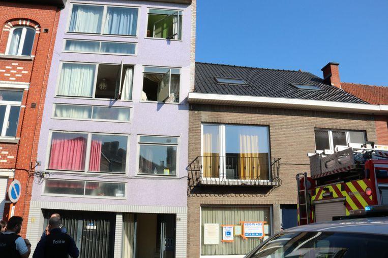 De brand ontstond in het appartement op de tweede verdieping waar de jonge kinderen nog aanwezig waren.
