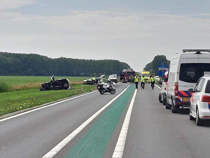 Een dodelijk ongeval op de Maas en Waalweg bij Afferden. Daarbij vielen zondagmiddag ook drie gewonden.