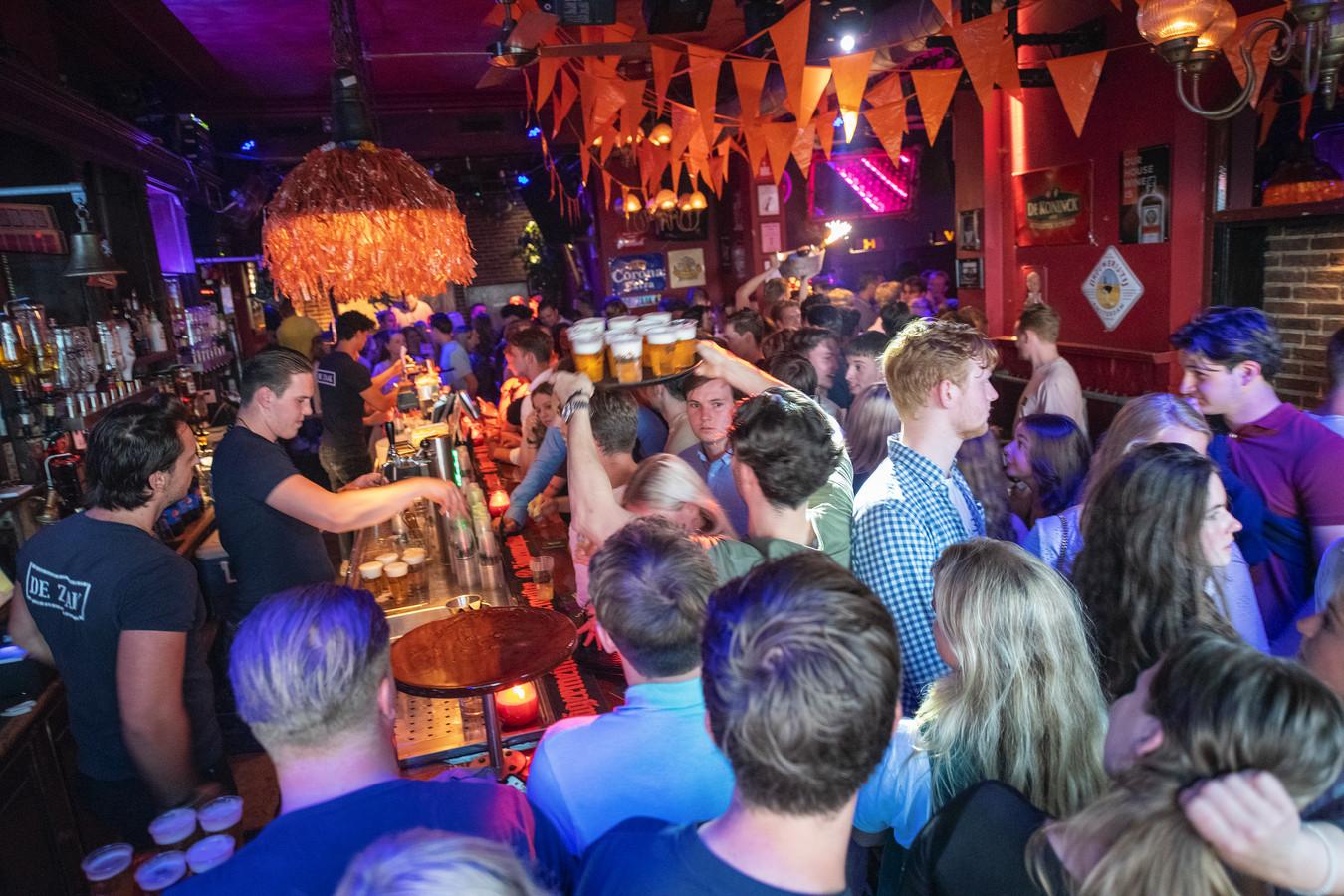 Café De Zaak in Apeldoorn bij de heropening bijna twee weken geleden. De uitgaansbranche houdt zijn adem in nu de besmettingscijfers explosief stijgen.