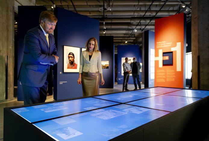 Koning Willem-Alexander tijdens zijn bezoek aan het Nederlands Fotomuseum. Hij en Máxima zijn dit jaar vaak te gast in Rotterdam.