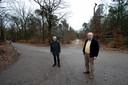 Lambert Hoving (r) en Gerhard Brummelkamp, op het kruispunt van de Harpweg (l) en (achter hen) het bospad richting Asselsestraat.