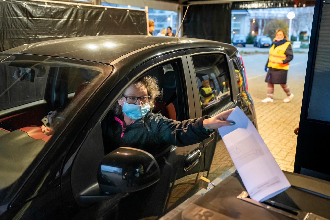 In Vught kon je in november vanuit je auto stemmen, in maart kan het opnieuw.