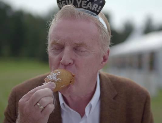 André van Duin hapt oliebolletje weg in de derde aflevering van Heel Holland Bakt.