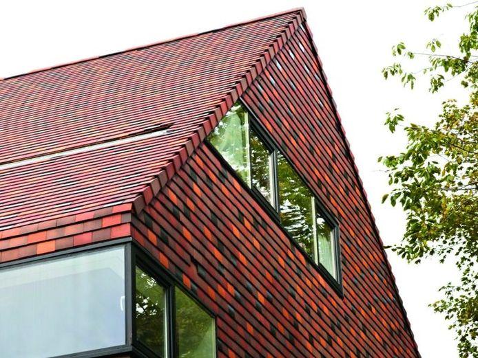 En laissant les tuiles de toiture « descendre » sur la façade, on obtient souvent un très beau résultat.