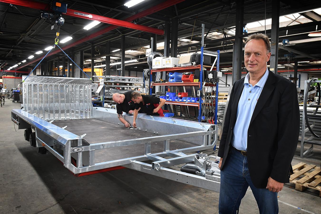 Stijn Heijs in de productiehal van Henra in Overloon.