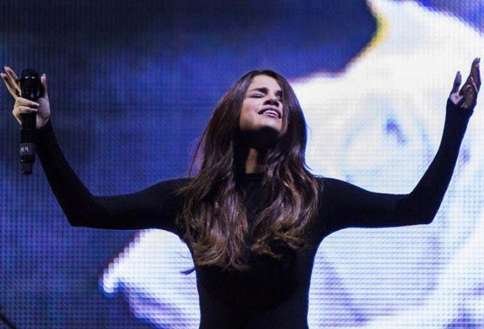 Selena Gomez prijst de heer tijdens een Hillsong-viering.