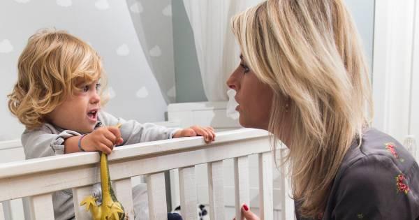 Voor alle radeloze jonge ouders: zo slaapt de baby door