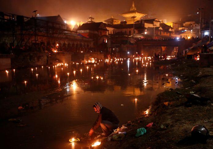 Kaarsen verlichten de Bagmatirivier tijdens het driedaagse Bala Chaturdashi-festival.